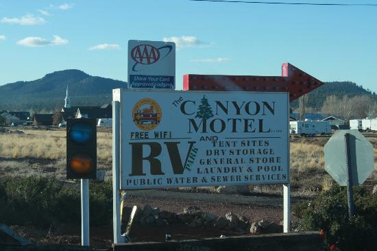 Canyon Motel & RV Park: Hotel sign