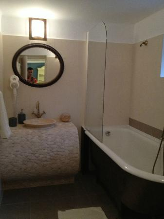 Casa Albert: The old and the new combine nicely in this bathroom