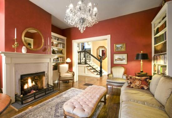The Oaks Bed & Breakfast: Gracious public areas: library, parlor and dining room.