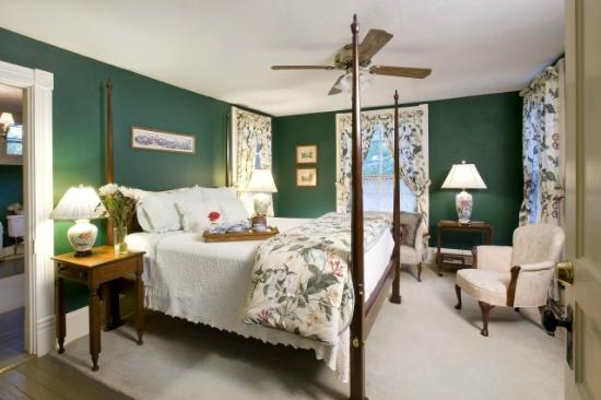 The Oaks Bed & Breakfast: Private and comfortable guest accommodations w/ breakfast and private bath.