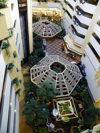 Embassy Suites Boca Raton: Central dining and Bar area