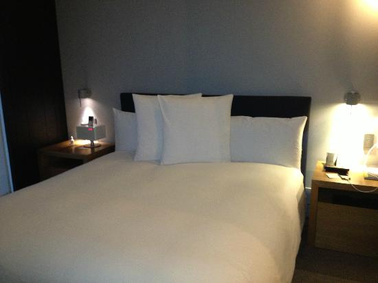 Andaz 5th Avenue: bedroom (with the best bed!)