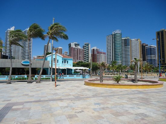 http://media-cdn.tripadvisor.com/media/photo-s/03/33/2d/75/praia-de-iracema.jpg