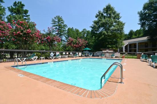 Quality Inn Chapel Hill: Seasonal Outdoor Pool