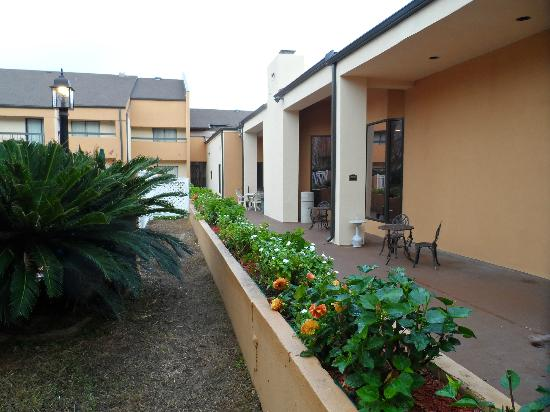 Quality Inn & Suites: Outside Patio Area