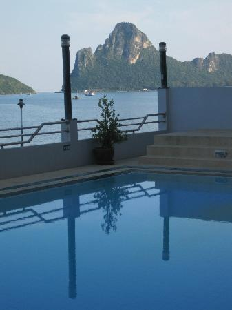 Hadthong Hotel: Pool & View