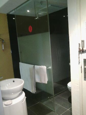 Zoom Inn Boutique Hotel: Bathroom