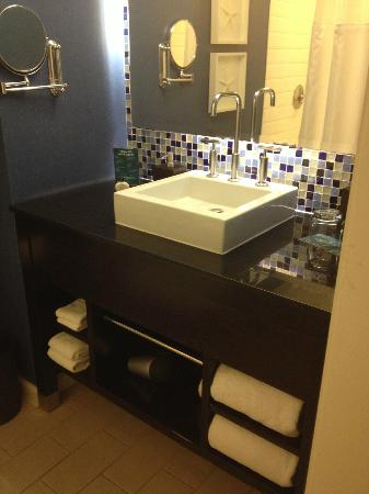 Hotel Solamar - a Kimpton Hotel: water splash everywhere... this sink looks nice but dysfunction