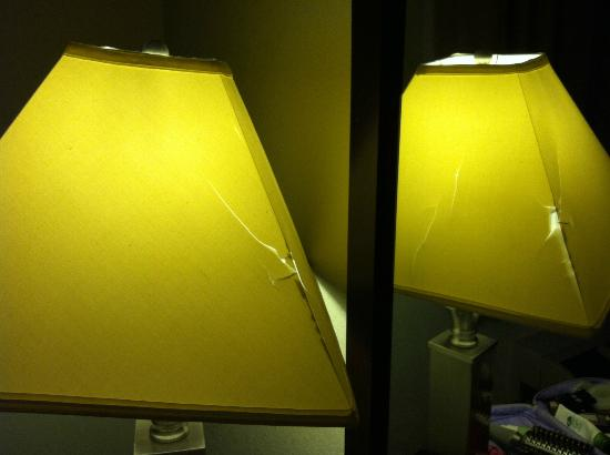 ‪‪Comfort Suites Norwich‬: Smashed Lampshade