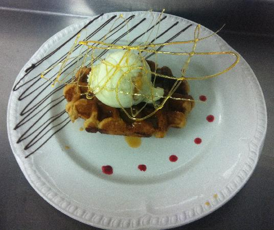 Denbighshire, UK: Hot waffle butterscotch sauce and honeycomeb ice cream