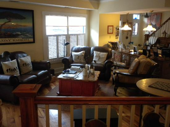 Chez Amis Bed and Breakfast : Comfy Living Room area from breakfast nook