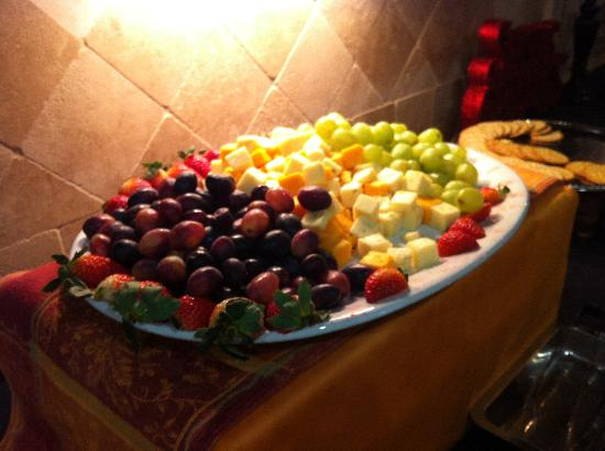 Comfort Suites Alamo/Riverwalk: It's all in the details! Fruit and cheese at evening reception