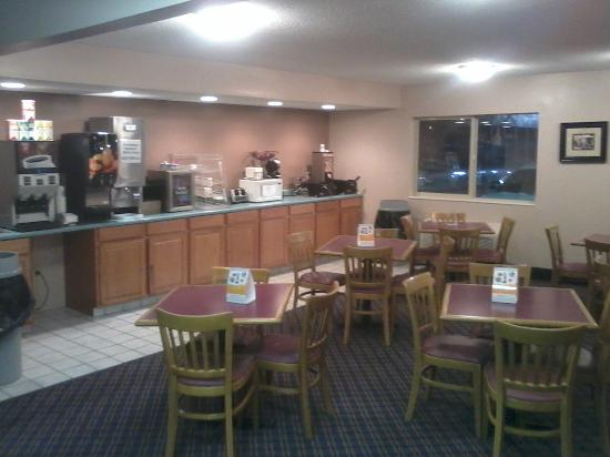 Rodeway Inn: Newly Redecorated Breakfast area with Expnded Menu.