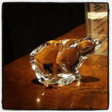 Radisson Blu Polar Hotel, Spitsbergen, Longyearbyen: Glass polar bear that is for sale in the gift shop