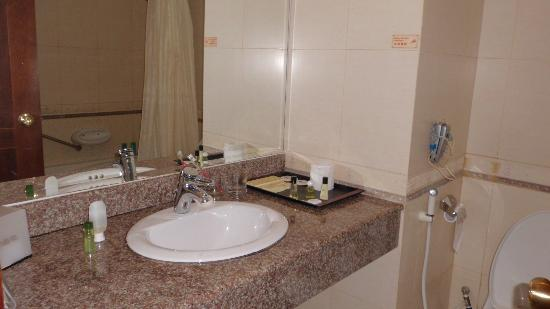 Golden View Hotel Batam: Bathroom with toiletries