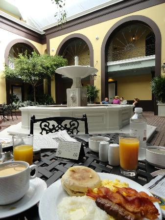 Hotel Mazarin: What a lovely place to have a delicious breakfast!