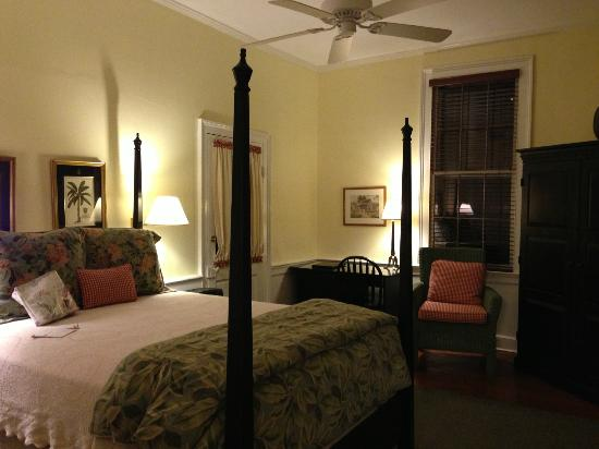The Rhett House Inn: Beautiful bedroom