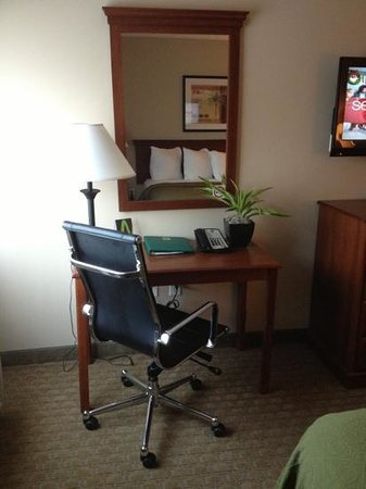 Quality Inn &amp; Suites Near Fairgrounds Ybor City: Suit Office (In Room)