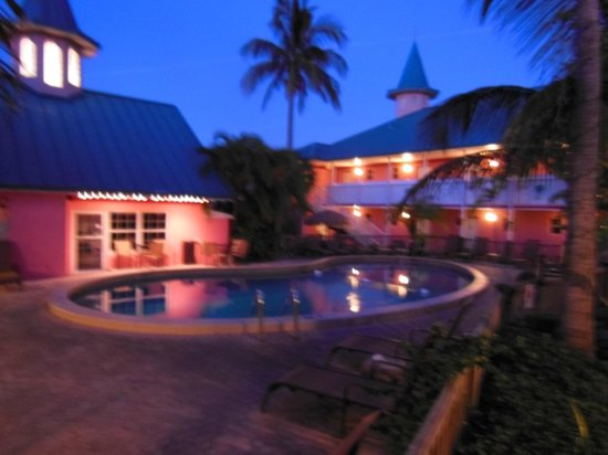 Fawlty Towers Resort Motel: Pool area by dusk