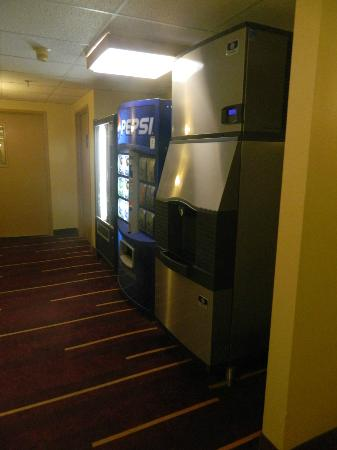 La Quinta Inn & Suites South Burlington: Vending Machines on Second Floor