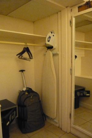 Uncle Billy&#39;s Kona Bay Hotel: Clothing/luggage storage