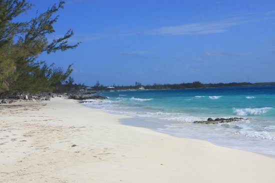 Pigeon Cay Beach Club: Looking south along the beach in front of bungalow