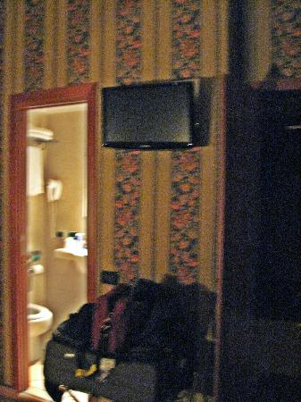 Lirico Hotel: TV and Bathroom entrance Room 215