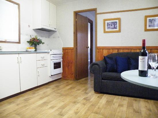 Lake Hamilton Motor Village & Caravan Park: Couples Living Area