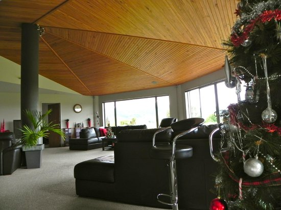 Hokonui Bed and Breakfast: lovely living room decorated by Shona