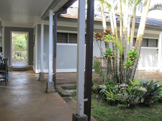 Lawai, HI: Shared courtyard area