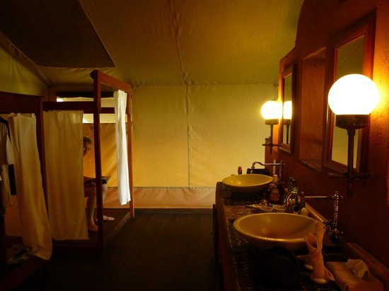 Kilima Camp: Bathroom and toilet (behind the curtain)