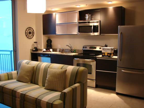 South Beach Biloxi Hotel & Suites: Open living room, kitchen