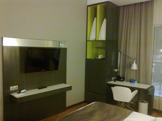 Radisson Blu Hotel Uppsala: TV area and desk