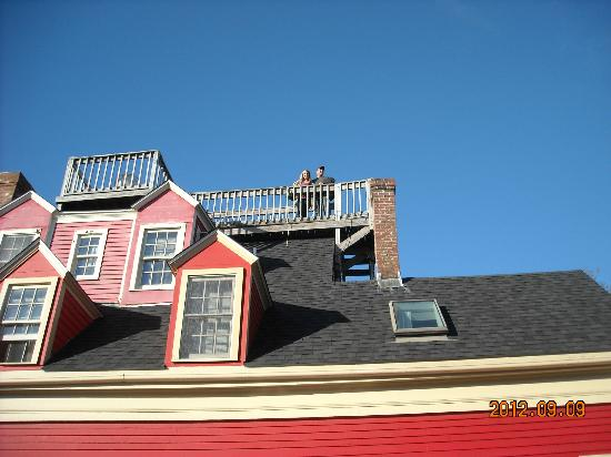 Black Pearl Inn: Outside view of the top deck