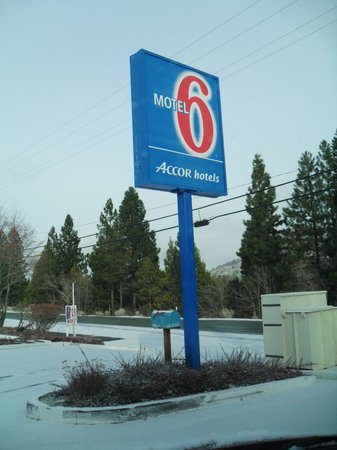 Motel 6 Weed - Mount Shasta: The sign of Motel 6 Weed