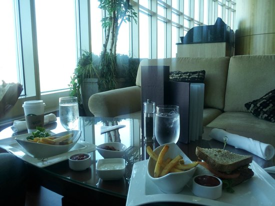 Fairmont Vancouver Airport: Food at Jetside, Comfy Couches