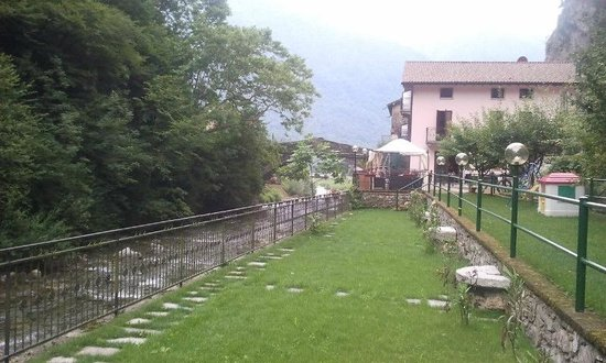 Agriturismo Il Mulinum: Garden and Hotel