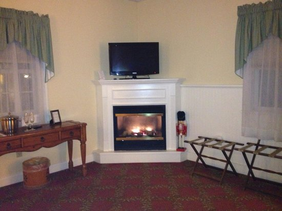 Kearsarge Inn: Fireplace in our room