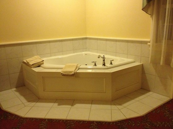Kearsarge Inn: Jacuzzi tub in room