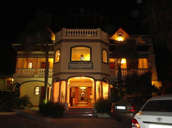 Le Petit Hotel: Front view of Le Petit at night