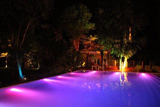 La Cantera Jungle Lodge: la piscina de noche