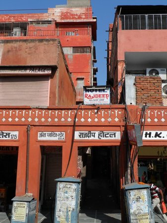 Rajdeep Hotel: The narrow alleyway and entrance to the hotel