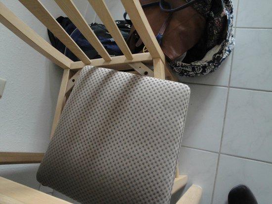 Marigot Beach Condominiums: chair my daughter sat on and injured herself. they were both like this by the way.