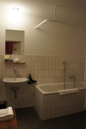 Townhouse Boutique Hotel: bathroom- good showers