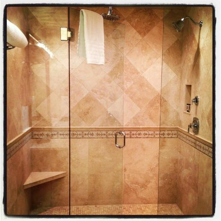Blackwell Hotel: Brand New Renovated bathroom with Spa Shower Heads