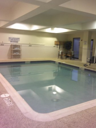 Courtyard by Marriott Newark Granville: Nice Pool.  There's a Hot Tub Too