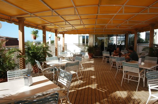 Hotel Melia Ponce: roof deck dining