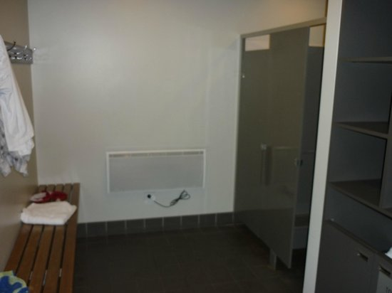 : Mens&#39; change room facilities at &quot;The Retreat&quot;