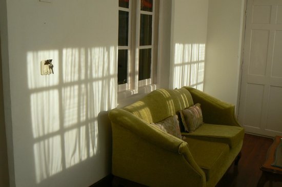 Savoy Hotel Ooty: Bright and light sun room leading into bedroom