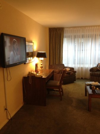 Murray Hill East Suites: Living room, nice flat and modern TV, desk/working area